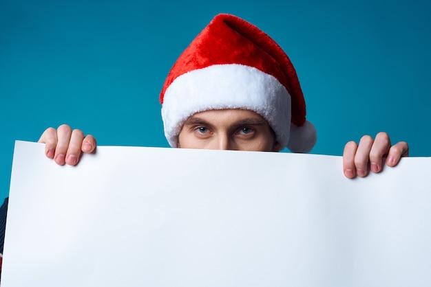 크리스마스 흰색 모형 포스터 스튜디오 포즈의 쾌활한 남자. 고품질 사진