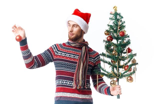 サンタ帽子の陽気な男クリスマスの装飾休日新年スタジオポーズ