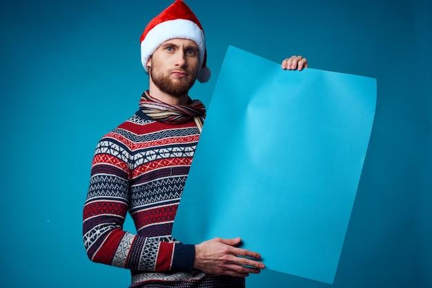 バナー休日孤立した背景を保持しているサンタ帽子の陽気な男。高品質の写真
