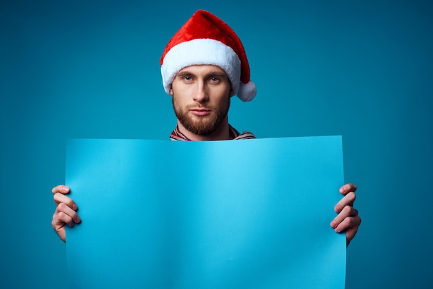 バナー休日孤立した背景を保持しているサンタ帽子の陽気な男
