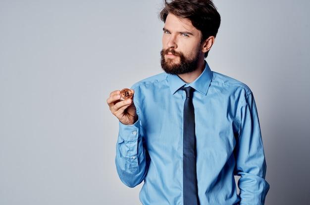 Жизнерадостный мужчина в рубашке с галстуком финансирует работу, инвестируя виртуальные деньги. фото высокого качества