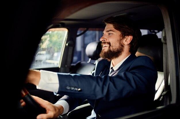 차를 운전하는 양복에 쾌활한 남자 부자 승객 감정