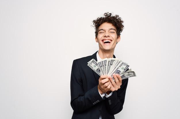 Веселый мужчина в костюме с деньгами в руках финансового чиновника