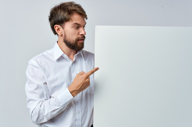 白いtシャツモーションキャプチャポスター割引広告孤立した背景の陽気な男