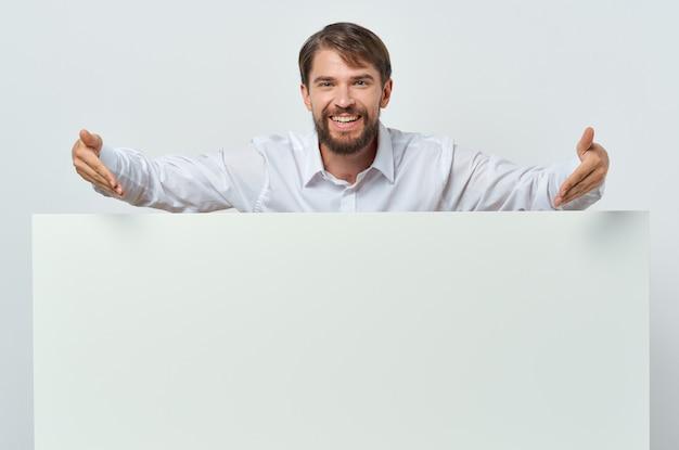白いtシャツモーションキャプチャポスター割引広告白い背景の陽気な男