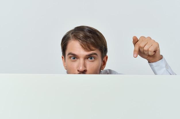 Веселый человек в белой футболке мокап плакат скидка реклама белый фон