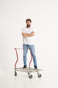 ボックスライトの背景に白いtシャツの輸送で陽気な男