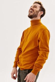 秋の服の陽気な男ファッションモダンなスタイルのクロップドビュー