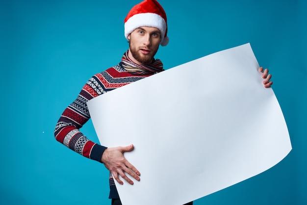 새해 옷 광고 카피 공간을 배경으로 한 쾌활한 남자. 고품질 사진