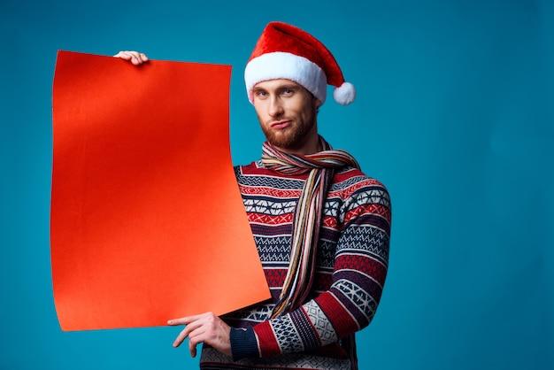 コピースペース孤立した背景を宣伝する新年の服の陽気な男