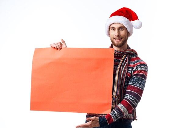 Веселый человек в новогодней одежде держит баннер праздник copyspace studio