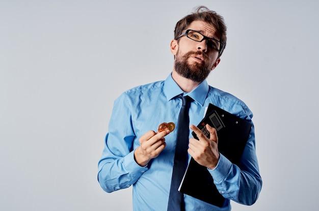 Веселый человек в рубашке с галстуком финансирует электронную коммерцию. фото высокого качества