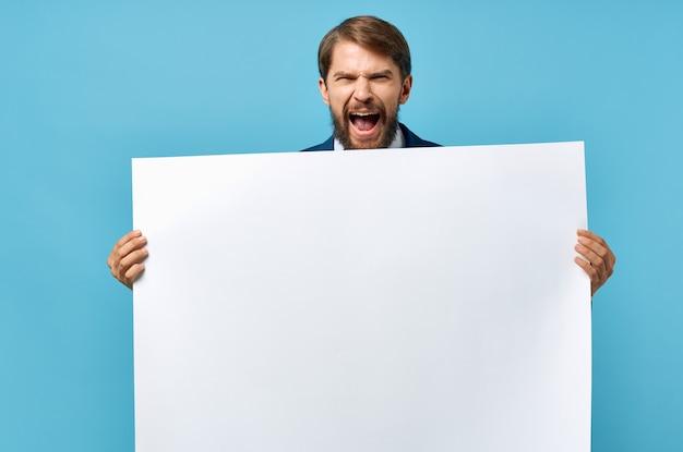 スーツを着た陽気な男白いモキャップポスター割引広告コピースペーススタジオ Premium写真
