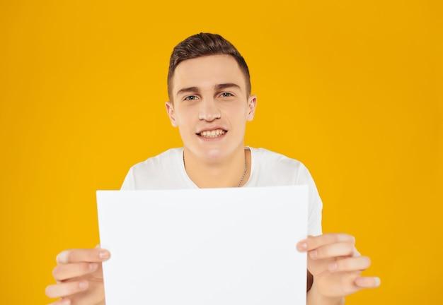 紙のコピースペース広告の白いtシャツシートで陽気な男