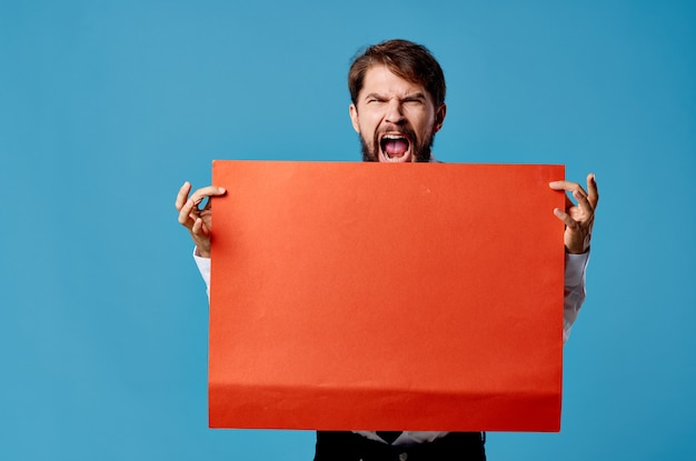 孤立した背景広告の陽気な男の赤いシートプレゼンテーション