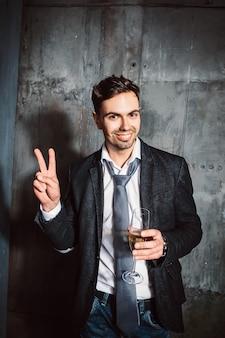 パーティーでピースサインを示す陽気な男