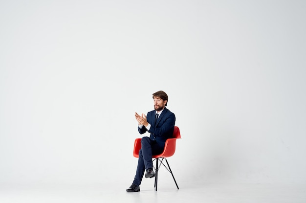 赤い椅子マネージャー事務に座っている陽気な男