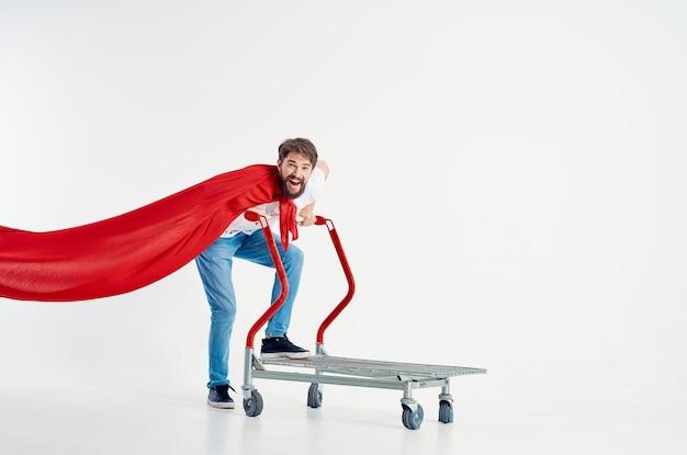 孤立した背景を出荷する陽気な男のスーパーヒーロー