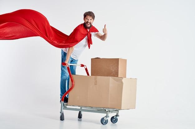 陽気な男のスーパーマーケットライフスタイルの楽しみ孤立した背景。高品質の写真