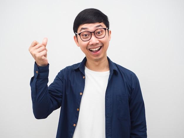 眼鏡をかけている陽気な男ジェスチャー白い背景のアイデアを取得するためのフリック指