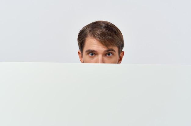 手で陽気な男の白いバナー空白シートプレゼンテーション孤立した背景