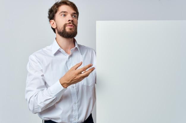 手で陽気な男の白いバナー空白シートプレゼンテーション白い背景