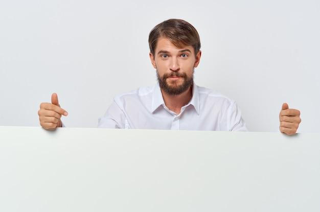 マーケティングコピースペーススタジオの手に陽気な男のホワイトペーパー。高品質の写真