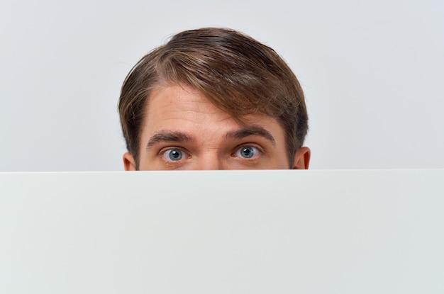 マーケティングの白い背景の手に陽気な男のホワイトペーパー。高品質の写真