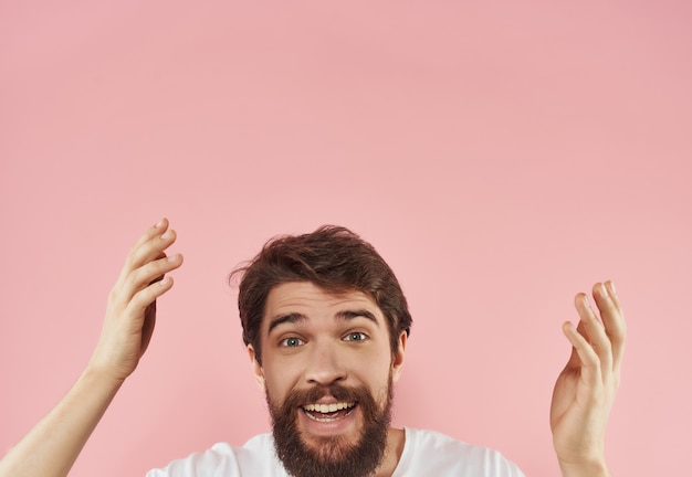흰색 tshirt 분홍색 배경에 수염을 가진 쾌활한 남자