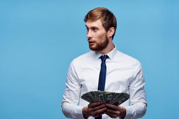 Веселый человек с деньгами, богатством, исполнительными финансами