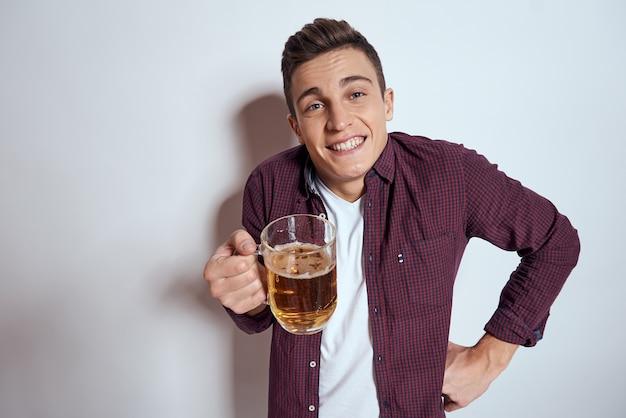 ビールのマグカップで陽気な男アルコール感情光
