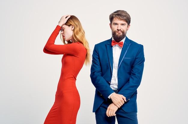 陽気な男性と女性がコミュニケーションスタジオの感情を並べて立っています