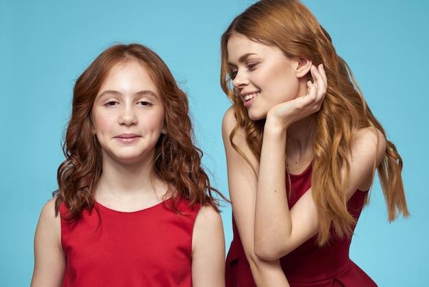쾌활 한 엄마와 딸 기쁨 라이프 스타일 커뮤니케이션 우정 블루 포옹