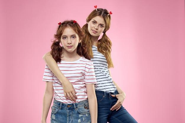 ストライプのtシャツと陽気なママと娘