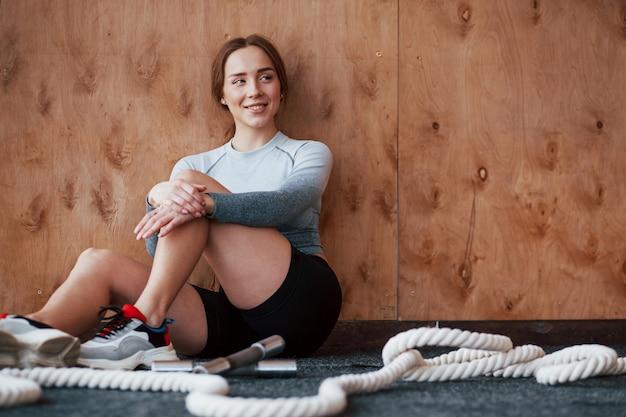 Веселое настроение. спортивная молодая женщина имеет фитнес-день в тренажерном зале в утреннее время