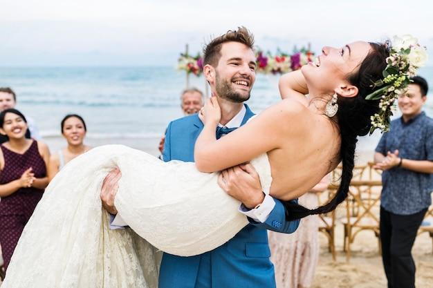 해변 결혼식에서 쾌활 한 신혼 부부
