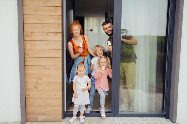 Веселая милая семья, держа в руках мороженое