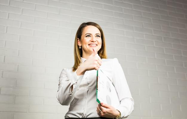 Веселый офисный работник показывает палец вверх. концепция лидерства и успеха