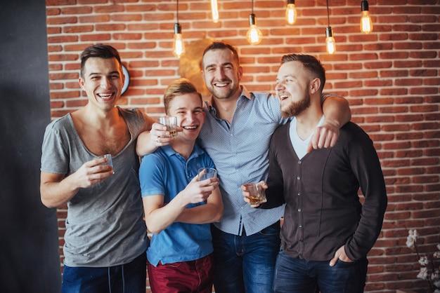 陽気な古くからの友人は、パブでウイスキーのグラスを互いに通信します。エンターテイメントとライフスタイル