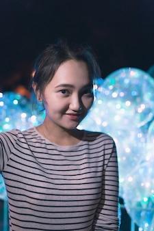 Веселая оптимистичная азиатская женщина улыбается