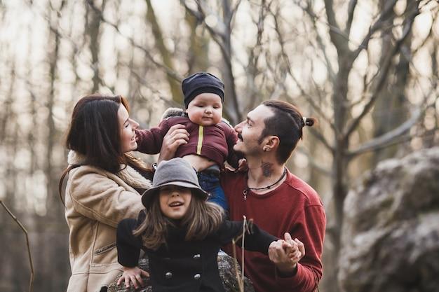 숲에서 아이들과 함께 쾌활한 부모