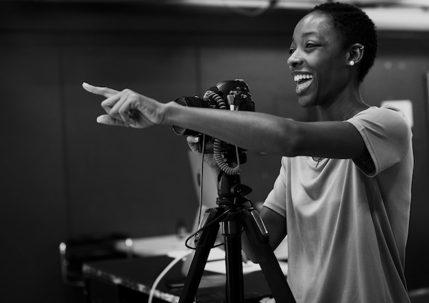 スタジオで指示を与える陽気な写真家