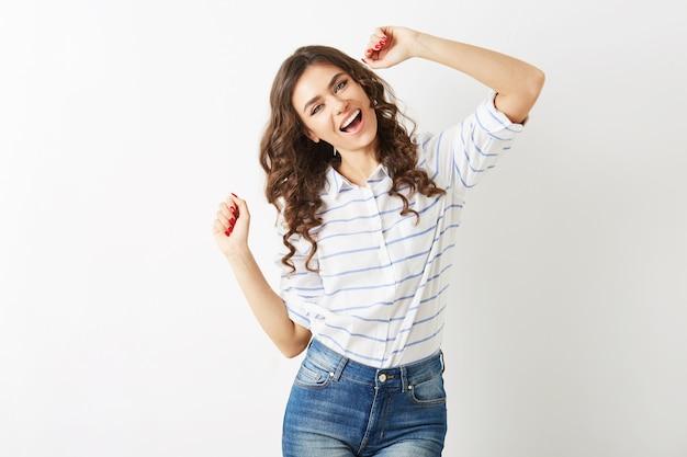 Веселый портрет молодой красивой женщины, танцующей счастливой, улыбающееся выражение лица, длинные волосы, позитивное настроение, эмоциональный, хипстерский стиль, тренд летней моды, джинсы и полосатая рубашка, изолированные