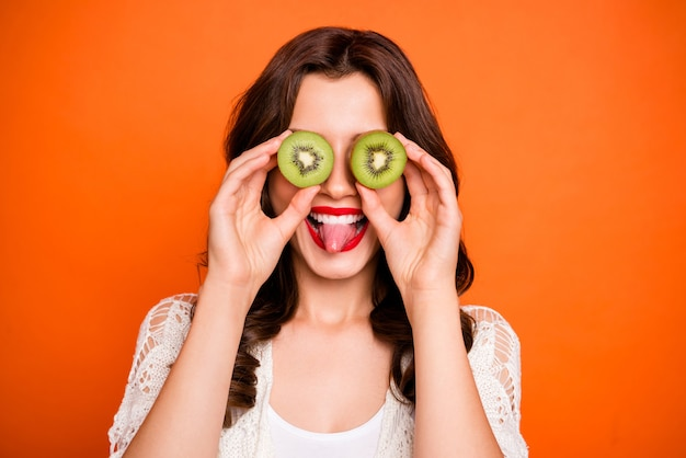 밝고 긍정 귀엽고 멋지고 매력적인 예쁜 밀레 니얼 튀어 나온 혀가 이빨로 웃고 있습니다.