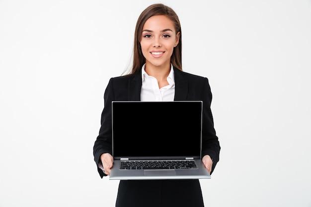 ラップトップコンピューターのディスプレイを示す陽気なかなり実業家