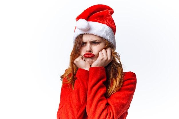 陽気なきれいな女性のクリスマスサンタクローススタジオの休日