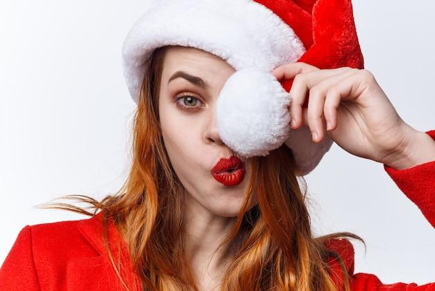 陽気なきれいな女性の休日のクリスマスの衣装サンタモデル
