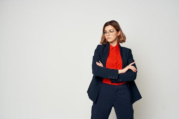 スーツの仕事文書マネージャーの陽気なきれいな女性