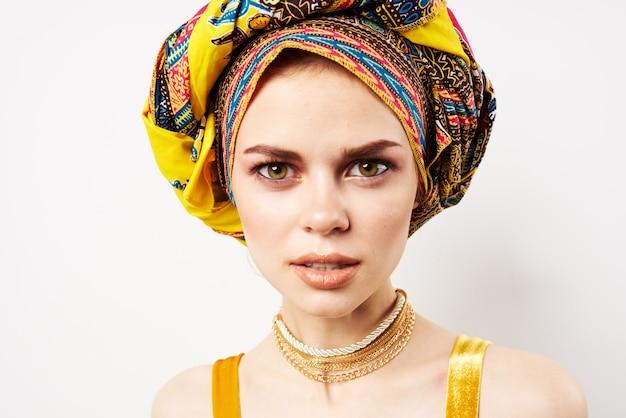色とりどりのターバンアフリカスタイルとファッションポーズの陽気なきれいな女性