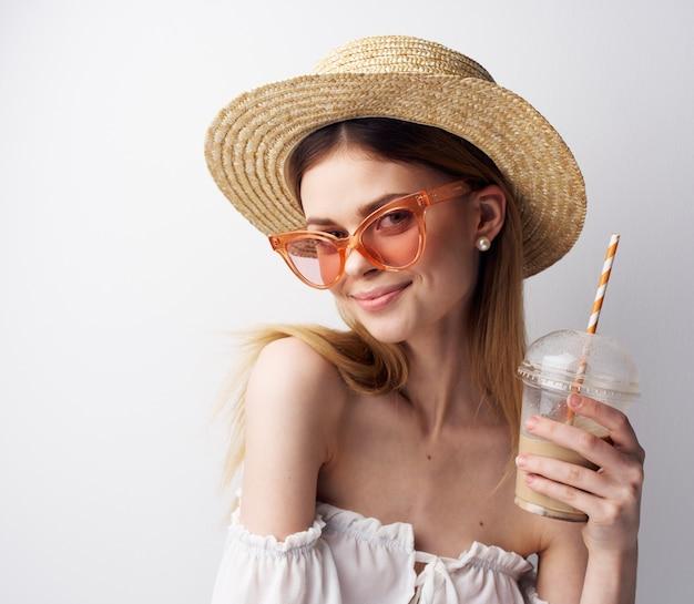 Веселая красивая женщина в летних очках шляпы пить развлечения.